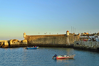Majestátně vyhlížející pevnost, která byla vybudována vsedmnáctém století, aby chránila přístav ve městěLagosu, dnes prochází částečnou rekonstrukcí. Vmístním muzeu, které má stálou expozici portugalských námořních objevů a poutí, je také malá kaple sv. Barbory, které má za úkol mimo jiné...