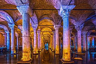 Cisterna Jerabatan, nebo též Baziliková cisterna, pro některé i tzv. Potopený zámek, vznikla všestém století vtehdejší Konstantinopoli na příkaz císaře Justiniána. Střechu cisterny (o úctahodných rozměrech 143 x 65 metrů) podpírá více než tři sta sloupů stojících ve dvanácti řadách, vstup...