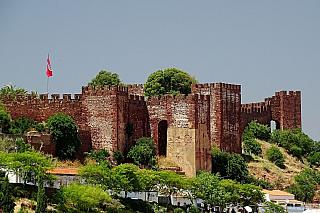 Pyrenejský poloostrov je i díky někdejší maurské invazi a znovudobývání území sjednocených armád křesťanských knížat doslova přeplněn středověkými opevněnými stavbami. Najdeme je nejčastěji na území Španělska, ale několik jich je i vPortugalsku. My si dnes představíme hrad Silves, nacházející...
