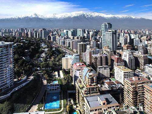 """20.2.01 (út) Santiago Dnes mě čeká velké nakupování domů – dárků a věcí pro sebe. Ráno není kam spěchat, před desátou je stejně všude mrtvo. Nejprve vyrážím do ulice, kde je několik obchůdků s """"uměleckými"""" předměty z Peru, Bolívie a Chile. Kupuji vodní klacek, zampoñu, což je indiánský foukací..."""