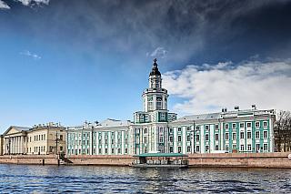 Dalo by se strochou nadsázky říci, že Petrohrad je jedno velké muzeum. Rozhodně, kdo navštívil Ermitáž, musí nám dát za pravdu – vždyť je zde tak rozsáhlá sbírka obrazů, že podobnou nenajdete už nikde na světě, celkově je zde na tři miliony různých exponátů (byť pravda, značnou část tvoří...