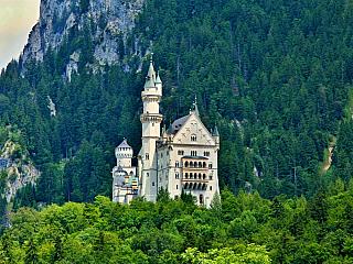 Romantický zámek Neuschwanstein má za sebou teprve půl druhého století historie, přesto se vněm denně vystřídají houfy návštěvníků. Vypadá totiž jako zpohádky, jeho autor Ludvík II. Bavorský si dal velmi záležet i na detailech vinteriéru. Trůnní sál vnákladném a okouzlujícímbyzantském...