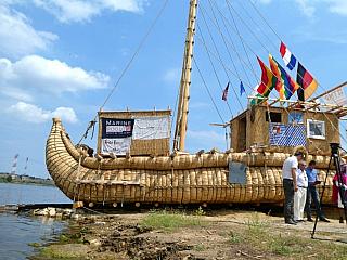 Starověká rákosová loď na cestě za dobrodružstvím (Bulharsko)