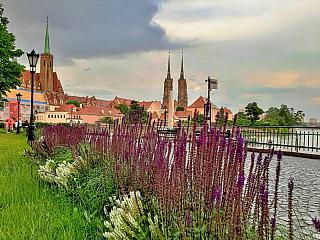 Nábřeží na Písečném ostrově s výhledem na Katedrální ostrov (Vratislav - Polsko)