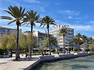Žije tu celkem asi šest tisíc lidí, pláže obsypané turisty jsou ale na denním pořádku, hlavně během letním sezony. Španělé říkají městu Puerto de Pollensa, místní zase Port de Pollenca, setkáte se obvykle sobojím – tak se nelekněte, protože jde o jedno a totéž pojmenování, samozřejmě, jen...