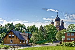 Na první pohled klasický pobaltský venkov. Ale zdání klame, protože klášter Kuremäe, nacházející se nedaleko města Narva, má až magickou atmosféru. Dodnes tu žije více než stovka řádových sester, které soběstačně hospodaří na místních polích a zahradách. Stavělo se deset let, v samém závěru...