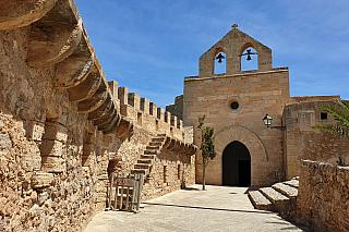 Capdepera je název malé vesničky na samém severovýchodě ostrova, kde to turisté prostě milují. Dnes tu žije několik tisíc stálých obyvatel a zejména němečtí penzisté si zde užívají svůj prosluněný výminek. Ale kdysi dávno, v roce 1300, rozkázal aragonský panovník Jakub II. postavit opevněnou...