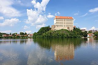 Slavný český král ze třináctého století podle některých údajů stál u zrodu zámku, který je spíš připisován jeho levobočkovi Mikuláši Opavskému. Přemysl Otakar II. by byl ale jistě dojat, že hrad přestavěný postupně na zámek a několikrát notně zrekonstruovaný je návštěvníky stále velmi oblíben,...