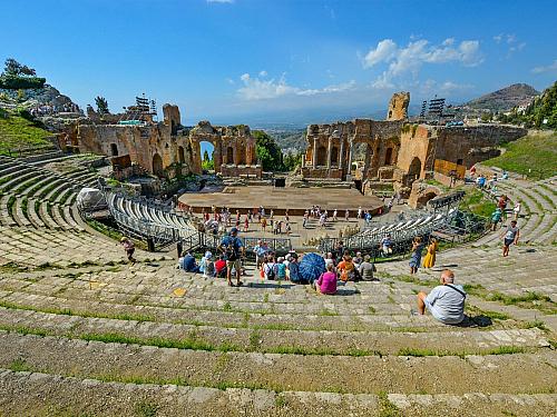 Co vás na Sicílii jako turistu čeká? Je zde opravdu takové nebezpečí? Jaké jsou zde pracovní možnosti? Budete jako turista vnímat všude zmiňovanou mafii? Nejen o těchto informacích si můžete přečíst v následujících řádcích....