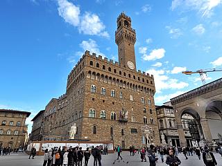 Město založili vysloužilci zválek Julia Caesara, je mu tedy o něco víc než dva tisíce let. Skutečnou perlou se Florencie stala až v době, kdy propukla naplno renesance a začala se šířit do světa, českou kotlinu nevyjímaje. Připomeňme si také jednu místní stavbu, odkud vládla zdejší elita...
