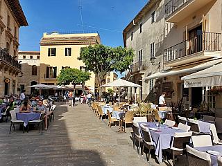 Staré město, ale také velká síť hotelů, restaurací a dalších občerstvujících zařízení. Alcúdia je na Mallorce opravdu vyhlášená, jádro je španělskou národní historickou památkou a zdejší přístaviště nabídne počátek desetikilometrové písečné pláže lemované palmami, snad tisíc a jeden sport od...