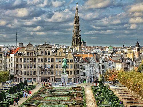 Belgie rozhodně není jenom o Bruselu. Nachází se zde spoustu krásných a zajímavých měst, které jsou velmi dobře dostupné vlakem nebo autobusem z Bruselu. Ať už do Belgie vyrazíte za kulturou, památkami nebo třeba vaflemi, hranolky, čokoládou a belgickým pivem, určitě nebudete litovat. VBelgii...