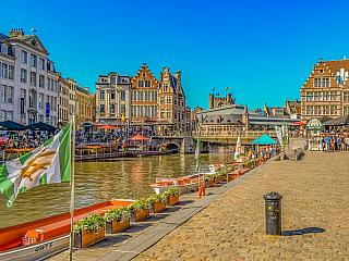 Nizozemsky a německy Gent, francouzsky Gand, se nachází zhruba 60 km od Bruselu a vede zněj přímý vlakový spoj, který vás za půl hodinu do Gentu dopraví. Město leží na řece Šeldě a Leie, a je obýváno 260 tisíci obyvateli, tedy o něco více jak vBruselu. Stejně jako vAntverpách se centrum Gentu...