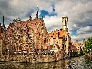 """Poslední zastávkou putováním po Belgii jsou Bruggy (nizozemsky Brugge a francouzsky Bruges). Jsou přezdívané """"Benátky severu"""" díky kanálům, které protékají celým městem. Tyto kanály se stejně jako vBenátkách staly velkou turistickou atrakcí. Hlavním spojem kanálů je řeka Reie. VBruggách žije..."""