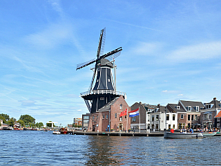 Nizozemsko, 17 milionová země, které často bývá špatně označováno jako Holandsko nebo Nizozemí. Je součástí Nizozemského království, ke kterému spadají i 3 ostrovní státy v Karibiku. Každý z těchto států (zemí) má odlišnou vládu, premiéra, ale mají společnou hlavu státu, jímž je král...
