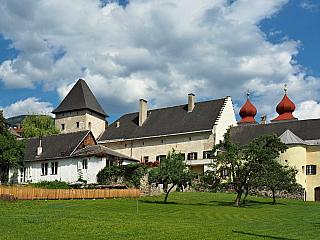 """Nedaleko národního parku Nockberge se rozprostírá malebné městečko Millstatt, které má vsoučasnosti asi tři a půl tisíce obyvatel. Kdysi zde žili Keltové, kteří dali oblasti název, neboť """"mils"""" znamená cosi jako """"horský potok"""". Velmi známým je i zdejší benediktinský klášter, který byl vysvěcen..."""