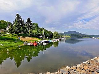 Přehrada Slezská Harta je ideálním místem pro aktivní dovolenou (Česká republika)