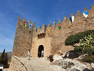 Protipirátská pevnost Capdepera a přilehlé město jako na dlani (Španělsko)
