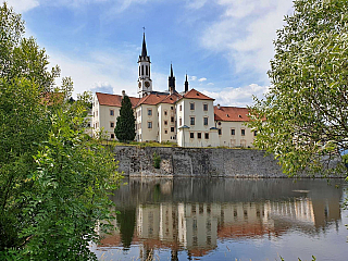 Opravdu atraktivní kulturní skvost, na nějž se ale vlesku Třeboně, zámku Hluboká nebo Jindřichova Hradce trochu zapomíná. Vyšebrodský klášter je jednou zpamátek, kterou založili mocní Rožmberkové, konkrétně vosobě Boka I. vroce 1259. A pozor, fungoval až do druhé světové války a možná, nebýt...