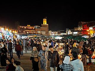 Náměstí Jamaa el-Fna v Marrákeši (Maroko)