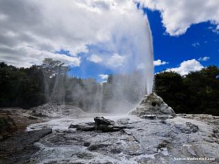 Rotorua je zřejmě jedno z nejobdivovanějších a nejvyhledávanějších míst na Severním ostrově, možná dokonce na celém Novém Zélandu. Myslím, že každá kniha či příručka o Novém Zélandu obsahuje informaci o tomto místě a láká k návštěvě. Město Rotorua leží na stejnojmenné řece, a dokonce i zdejší...