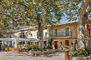 Španělé na pevnině píší zjednodušeně Valdemosa, stím byste ale u místních narazili, protože Valldemossa si zaslouží delší název. Každopádně, jde o dvoutisícové městečko na severozápadním cípu Mallorky, prosluněná nádhera nacházející se asi dvacet kilometrů od centra vPalma de Mallorca....