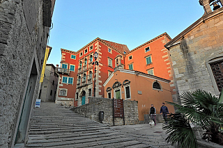 Na jihovýchodě Istrie, nedaleko malebného městečka Rabac, leží někdejší Albona – dnešní Labin, mající za sebou, alespoň tedy podle oficiálních záznamů vkronikách, více než sedmnáct století historie. Pomezí italského a chorvatského světa aneb Istrijská župa, město, kde žije asi sedm tisíc lidí....