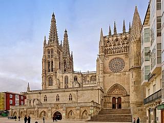 Srdce historické Kastilie, které zdobí katedrála a mohutný hrad. Burgos, nedaleko nějž přišel na svět třeba proslulý El Cid, se stal významnou zastávkou na cestě do Santiaga de Compostella, kterou mnozí věřící znají jako Cesta svatého Jakuba. Současný Burgos má přes 175 tisíc obyvatel a...