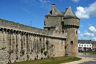 Středověké městečko situované do regionu Pays de la Loire, obklopené ze všech stran vodou. Tento kraj byl pro osídlení populární už vmegalitických dobách, svědčí o tom řada monumentů a také památky na Venéty a Namnety. Vpád Vikingů, masakry ve středověku, ale také mohutné opevnění sdesítkou...
