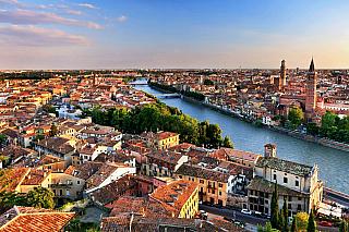 Jak symbolické, že historické centrum města je od přelomu tisíciletí na seznamu UNESCO, že? Jistě není slavné jen a pouze díky Williamu Shakespearovi, řekněme však, že si na něj každý vzpomene právě vsouvislosti stímto anglickým umělcem. Verona se rozprostírá na řece Adige, ve středověku byla...