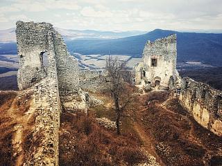 Ak navštívite Nitru a budete mať chuť na nenáročnú turistiku, na konci ktorej vás čaká kúsok histórie, nemali by ste vynechať obľúbenú zrúcaninu hradu Gýmeš. Táto zrúcanina leží na stromom kremencovom kopci Dúň a dostanete sa k nej z dvoch neďalekých obcí. Ako sa dostať na hrad Turistické trasy...