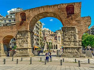 Vybíráte destinaci pro aktivní dovolenou? Máte rádi horké počasí, nepohrdnete dobrým jídlem, milujete noční procházky po rušném pobřeží, a přes den si raději než programu na hotelu, užíváte čistého moře nebo návštěvu historického spotu?  Neváhejte! Městečko Thessaloniki je tou správnou destinací...