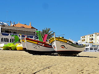 Portugalské Carvoeiro leží přímo na jihu země, vregionu Algarve, který je českým – a koneckonců i světovým – turistům zřejmě nejznámější. Až sem poletíte letadlem, pravděpodobně přistanete na letišti ve Faru, což je hlavní město celé oblasti. Samotné Carvoeiro potom spadá pod Lagos, o něco...