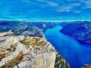 Velká severská země proslulá historicky jako planina plná ledu, má svou pověst určitě neprávem. Podobně jako v celé Skandinávii očekávejte v Norsku spíš mírnější podnebí v oblastech kolem pobřeží a čím dál do vnitrozemí budete cestovat, tím také bude nižší teplota a delší zima. Obrovský vliv má...