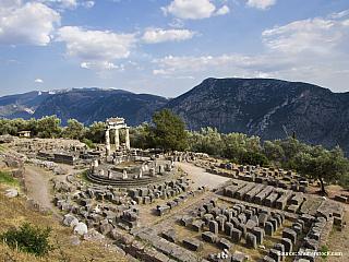 Delfy jsou díky své malebné poloze určitě jednou z nejpůvabnějších řeckých antických památek. Na svazích pohoří Parnass s výhledem do údolí se tyčí zbytky Apollónovy svatyně. Delfy byly jednou z nejvýznamnějších věštíren starověku. Tady se rozhodovalo o válkách, bitvách, politice i...