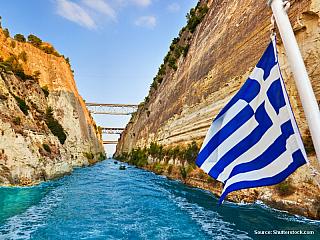 Cestou z Athén na Peloponéský poloostrov musíte přejet přes Korintský průplav. Z Athén pojedete po dálnici, ale pro vyhlídku na průplav musíte nejlépe na silnici směrem na Lutraki. To si pak takhle jedete a najednou pod vámi není nic. Pevnina pod mostem zmizí a jste nad obrovskou průrvou....