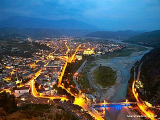 14. den: 15.9.2005, čtvrtek tábořiště pod horským sedlem Llogarasë v národním parku Llogarasë v pohoří Çikës (ALB) – Vlora (ALB) – Fier (ALB) – Berat (ALB) – pláž u Durrësi (ALB) Probouzíme se do mlžného oparu vysoko v horách. Po chutné snídani je dalším naším cílem pobřežní město Vlora....