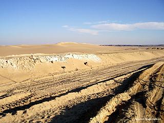 Ze Siwy do Bahríje - přejezd pouštní silnicí (Egypt)