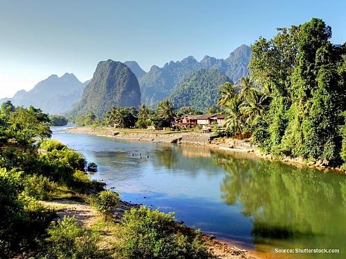 On-line zpravodajství z cesty po Laosu Po prijezdu z Vientiane do Vang Viengu jsem chtela stihnout jeste zapad slunicka u reky Nam Xong. Pry je velmi popularni v tom, ze se na ni jezdi na dusich od traktoru, tzv. tubing a na kajakach. Pribehla jsem k rece, kde byly 2 bambusove mostiky, jeden do...