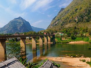 On-line zpravodajství z cesty po Laosu 4h busem z Luang Prabangu jsem se vypravila na male vesnicky na brehu reky Nam Ou. Prvni dojem, kdyz sem dorazite, tak se koukate kolem sebe a nevite, jestli je to pauza na toaletu nebo opravdu autobusova stanice.Ze strechy autobusu se sundali vsechny...