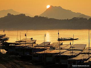 On-line zpravodajství z cesty po Laosu Vypada to, ze autobusove propojeni mezi Phonsavanem a Luang Prabangem neexistuje. V jedne, druhe, treti cestovce se ptam, zda je mozne odjet z Phosavanu dneska vecer a uskutecnit presun v noci.