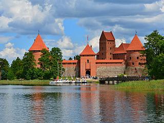 11. den 17. 6. 2006, sobota Vilnius – Trakai – Vilnius – Marijampolé (vše LIT) - litevsko-polská hranice směrem na Suwalki (POL) Vstáváme kolem 6:30. Po vydatné a vynikající snídani vyrazíme v 9:00 nejdříve směrem k vodnímu hradu Trakai. Na místě jsme v 9:45. Hrad leží na ostrově na jezeře Galvé...