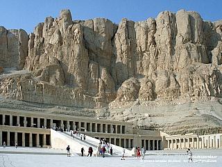Deir el-Bahrí - vznosné dílo Hatšepsut (Egypt)