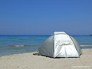 Písečná pláž se stanem (Řecko)