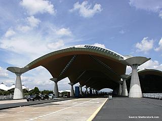 Mezinárodní letiště v Kuala Lumpur (Kuala Lumpur International Airport, nazývaný zkratkou KLIA), leží v Sepangu, asi 30 km od hranic Kuala Lumpur. Z centra města je to asi 70 km a cesta normální dopravou může trvat až dvě hodiny. Centrum města s letištěm ale spojují hned dvě linky moderních...