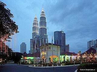 Součástí typického neodmyslitelného panoramatu Kuala Lumpur jsou dvojčata věží mrakodrapu Petronas(Petronas Twin Towers), do roku 2003 nejvyšší budovy světa. Elegantně štíhlé věže se svými 88 patry se vypínají vysoko nad okolní mrakodrapy až do výšky 452 m. Zhruba v polovině spojuje obě věže...
