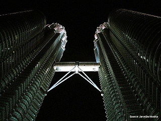 Na jedné straně ultramoderní, horečně se rozvíjející metropole, pýcha i výkladní skříň Malajsie. Ale také zvláštní směsice starého a nového – mešity vedle mrakodrapů, luxusní obrovská nákupní centra vedle levných tržnic v čínské čtvrti. Tak to je hlavní město Malajsie, Kuala Lumpur, neboli KL...