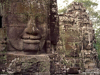Angkor, velkolepý komplex chrámů ztracený na několik staletí v džungli, je jednou z nejpůsobivějších památek celé Asie. Stojí na místě, které prý bylo domovem hinduistických bohů. Nachází se tady kolem 200 chrámů a s rozlohou 230 km2 je Angkor vůbec největším archeologickým areálem na světě.Po...