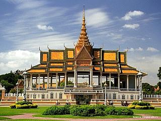 Na břehu Mekongu se nachází nejkrásnější památka Phnom Penhu, královský palác. Na rozdíl od celkového trochu neutěšeného vzhledu města je palác pečlivě udržovaným areálem se zastřiženými zelenými trávníky.Většina budov je nově opravena a září zlatem, a na těch dalších se ještě pracuje....