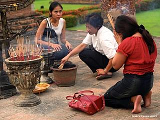 Ve skutečnosti se město jmenuje Nové Sukhothai. Asi 12 km odtud leží Staré Sukhothai, zříceniny kdysi hlavního města Thajska, upravené do historického parku. Ubytování v Sukhothai Z autobusového nádraží je nejlepší si vzít songthaew za 4B, řidič vám zastaví poblíž hotelu když mu řeknete jméno....